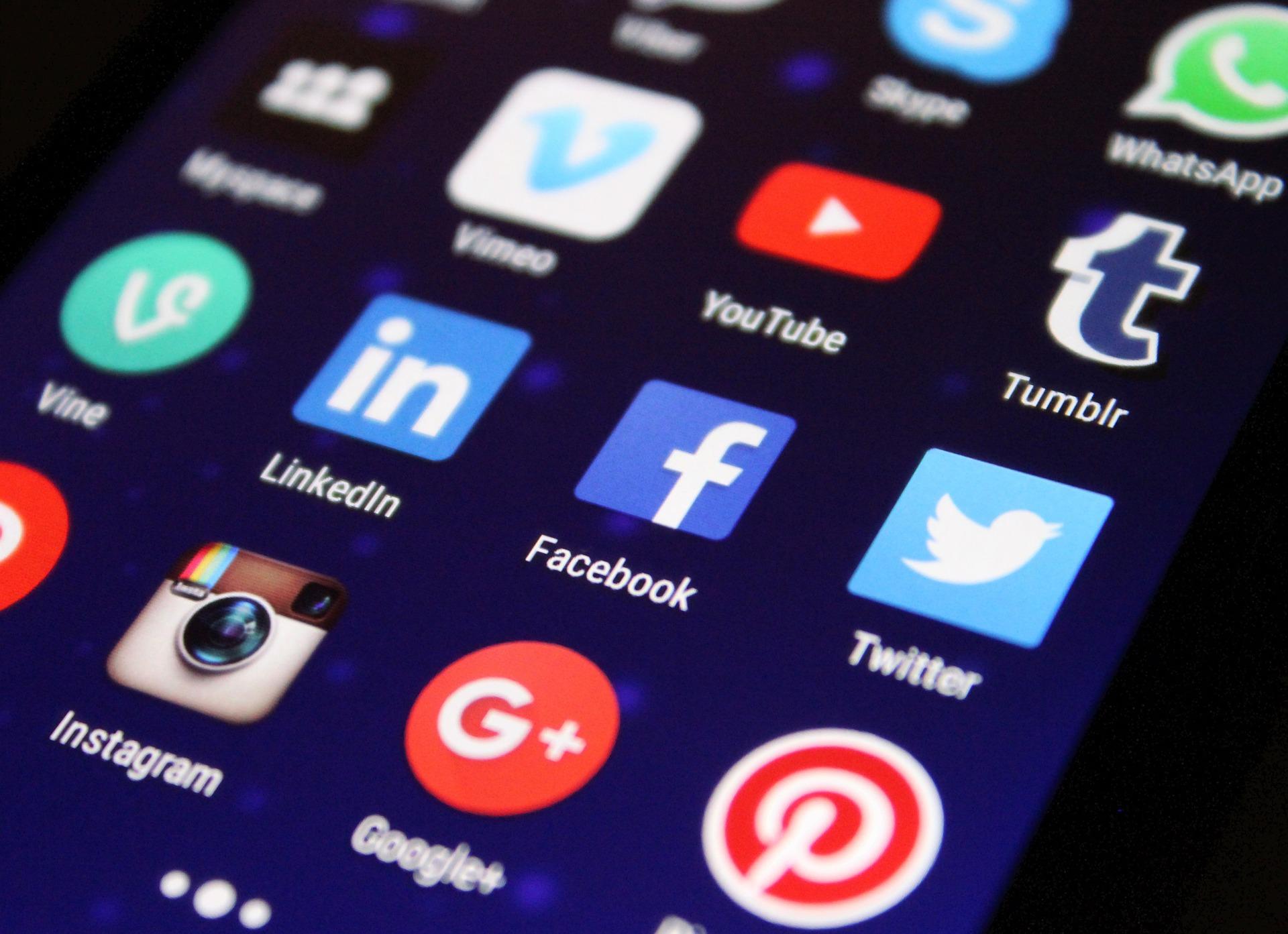 """réseaux sociaux """"width ="""" 1920 """"height ="""" 1393 """"srcset ="""" https://www.drsalemy.com/wp-content/uploads/2018/09/social-media.jpg 1920w, https: // www. drsalemy.com/wp-content/uploads/2018/09/social-media-300x218.jpg 300w, https://www.drsalemy.com/wp-content/uploads/2018/09/social-media-768x557.jpg 768w, https://www.drsalemy.com/wp-content/uploads/2018/09/social-media-400x290.jpg 400w, https://www.drsalemy.com/wp-content/uploads/2018/09 /social-media-800x580.jpg 800w, https://www.drsalemy.com/wp-content/uploads/2018/09/social-media-1600x1161.jpg 1600w, https://www.drsalemy.com/wp -content / uploads / 2018/09 / social-media-624x453.jpg 624w """"tailles ="""" (largeur max: 1920px) 100vw, 1920px """"/></p> <p>Aujourd'hui, les gens utilisent Internet pour prendre la plupart des décisions. Plus de 80% des internautes recherchent leurs options avant de faire des achats. Un sujet que beaucoup d'entre nous recherchent est l'information sur la santé.</p> <p>Un article récent publié dans <em>Chirurgie plastique et reconstructive</em>, le journal officiel de l'American Society of Plastic Surgeons (ASPS), examine comment les patients utilisent les médias sociaux pour prendre des décisions éclairées sur la chirurgie esthétique. Sur la base des enseignements de cette étude, ce qui suit explique comment le patient et le médecin peuvent utiliser au mieux les médias sociaux.</p> <h2>Changer la conversation</h2> <p>Les médias sociaux ont permis aux gens de se connecter de différentes manières. Plutôt que de limiter nos conversations aux personnes que nous voyons, nous pouvons maintenant trouver d'autres personnes qui nous «ressemblent» du monde entier. Cela donne à chacun d'entre nous accès à un large éventail d'expériences, et les gens en profitent en recherchant des réponses via les médias sociaux.</p> <p>Le contenu des médias sociaux peut être difficile à parcourir, mais le système de hashtags, de mots ou d'expressions précédés d'un symbole #, permet aux utilisateurs de rechercher des sujets."""